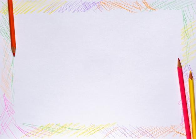 Ramka jest rysowana kolorowymi kredkami na białym papierze. skopiuj miejsce.