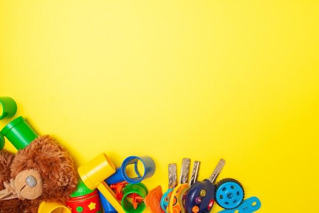 Ramka na tekst. odgórny widok multicolor dzieciak zabawki budowy blokuje cegły na żółtym tle
