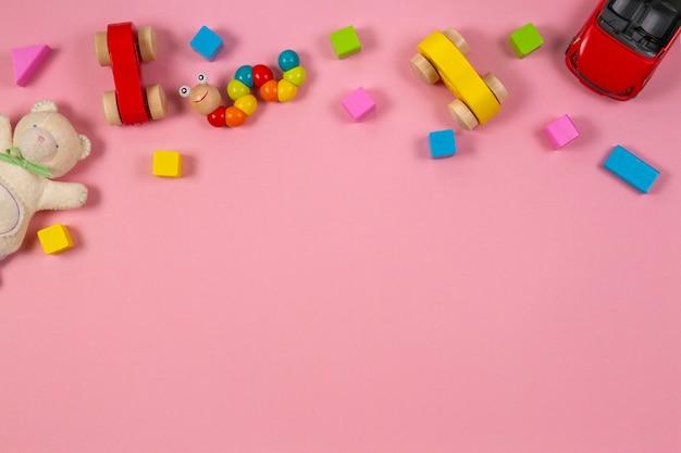 Ramka na zabawki dla dzieci z misiem samochodzik drewniany pociąg kolorowe klocki na różowo