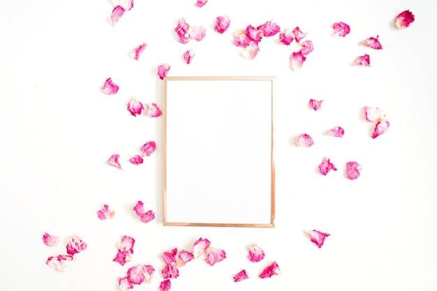 Ramka na zdjęcia makiety i różowe płatki róż na białym tle