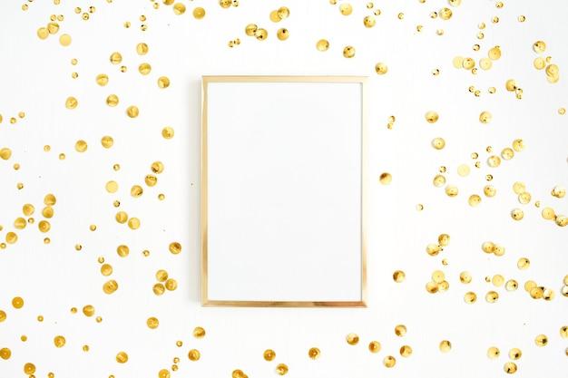 Ramka na zdjęcia makiety i złote konfetti na białym tle.