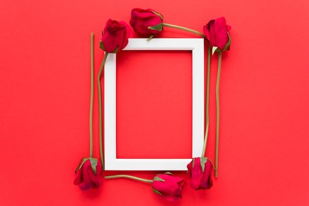 Ramka na zdjęcia między świeżymi kwiatami