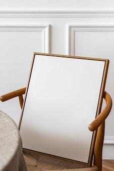 Ramka na zdjęcia na drewnianym krześle retro