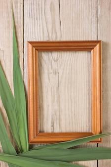 Ramka na zdjęcia na drewnianym tle
