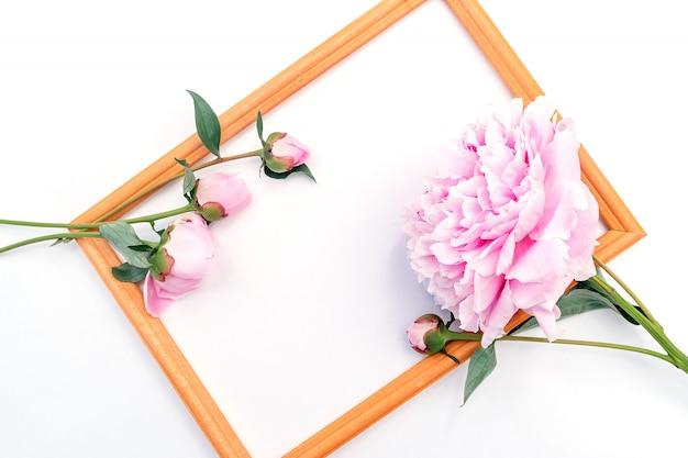 Ramka na zdjęcia ozdobiona kwiatem piwonii