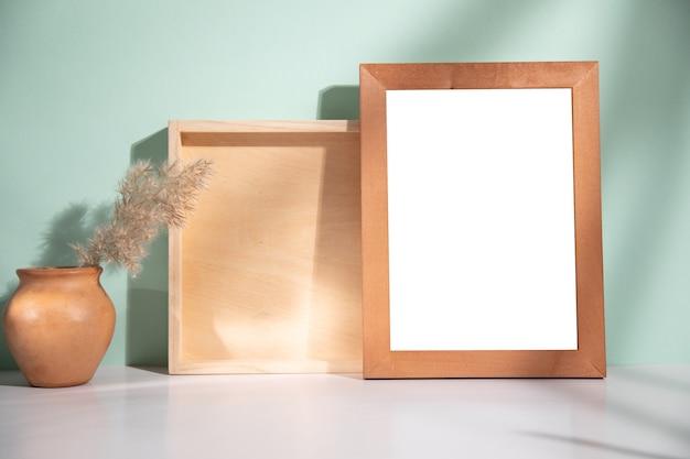 Ramka na zdjęcia z drewnem i trawą na stole