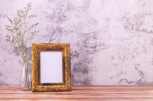 Ramka na zdjęcia z kwiatami na drewnianym stole