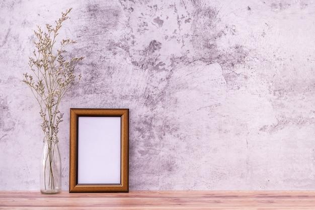 Ramka na zdjęcia z kwiatami na półce