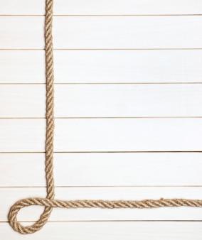Ramka na zdjęcia z liny na drewnianych deskach