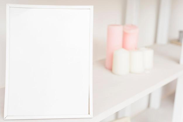 Ramka na zdjęcia zbliżenie na półce