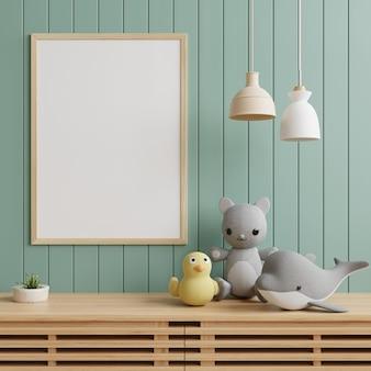 Ramka na zdjęcie w pokoju dziecięcym z lampką i zabawkami na szafce