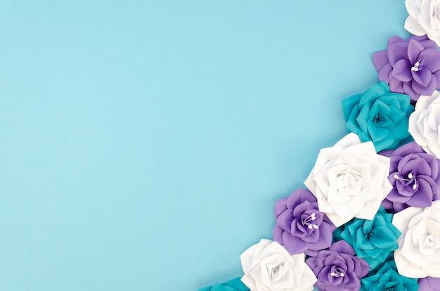 Ramka powyżej z kwiatami i niebieskim tłem