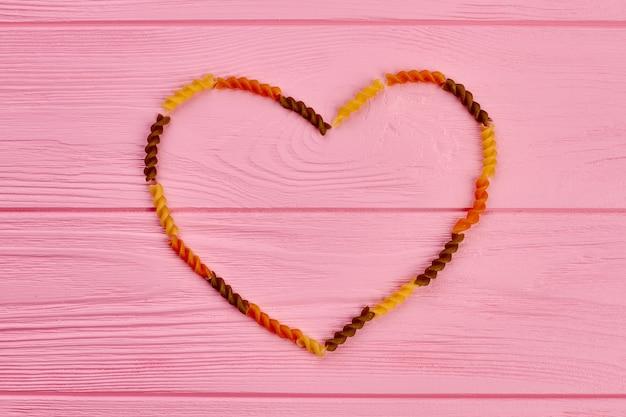 Ramka serca wykonana z makaronu fusilli pszenicy.
