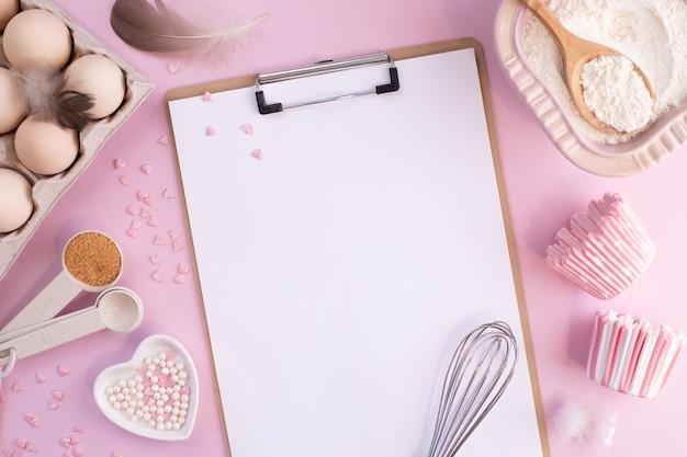 Ramka składników żywności do pieczenia na delikatnie różowym pastelowym tle. gotowanie na płasko leżało z miejscem na kopię. widok z góry. koncepcja pieczenia. leżał płasko