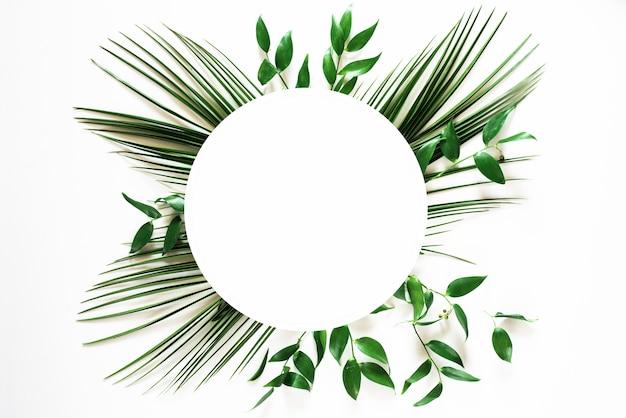 Ramka tropikalny zielony liść na białym tle