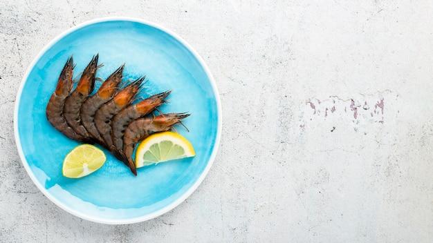 Ramka widok z góry z krewetkami na talerzu