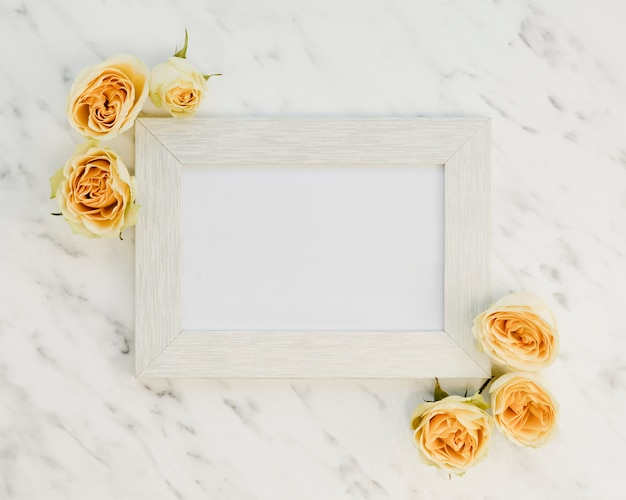 Ramka widok z góry z żółtymi różami