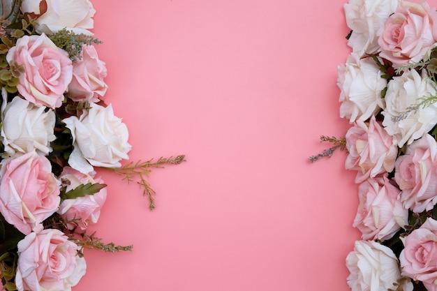 Ramka wykonana z pastelowych różowych kwiatów róży na różu