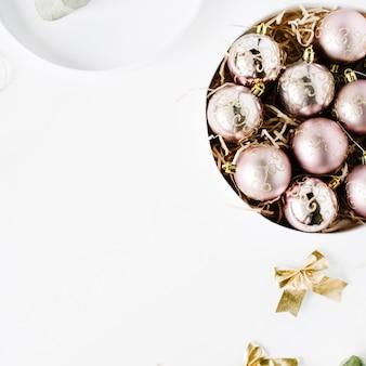 Ramka wykonana ze świątecznej dekoracji z bombkami, świecidełkiem, kokardką, eukaliptusem. boże narodzenie