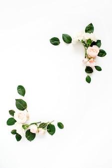 Ramka z beżowymi pąkami kwiatowymi róży i zielonymi liśćmi na białym tle