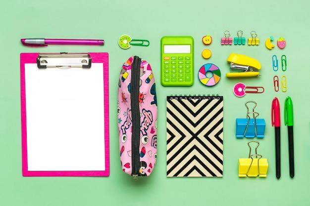 Ramka z materiałów biurowych spinacze do papieru nożyczki długopisy pisaki temperówka plecak kalkulator s