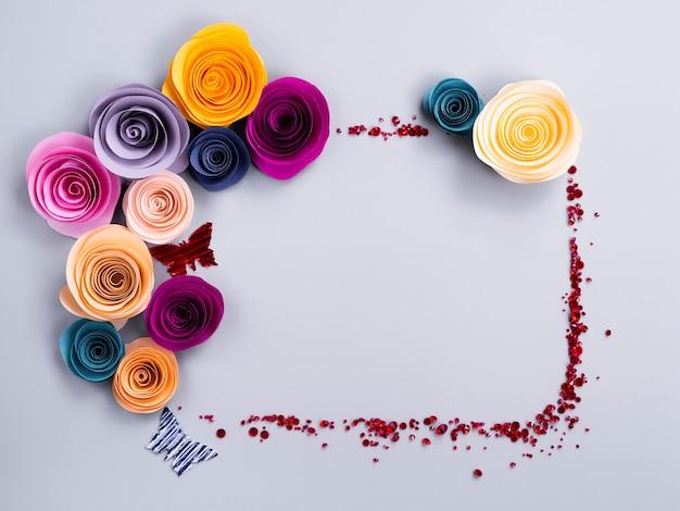 Ramka z papierowych kwiatów z motylami