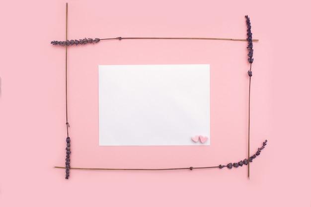 Ramka z suszonych kwiatów lawendy na różowym pastelowym tle