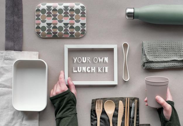 Ramka z tekstem, kreatywne płaskie układanie, koncepcja zerowego marnowania lunchu z zestawem drewnianych sztućców wielokrotnego użytku, zestawem na lunch.