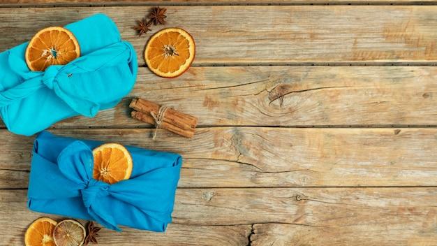Ramka z widokiem z góry z materiałem i plasterkami pomarańczy