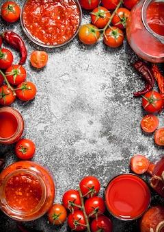 Ramka ze świeżych pomidorów, soku, keczupu i sosu