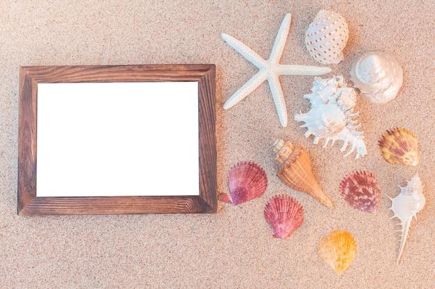 Ramki do zdjęć i muszle na piasku
