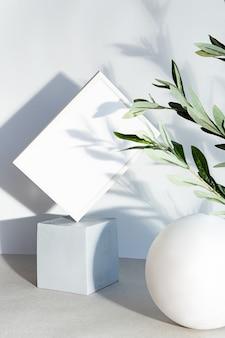 Ramki plakatowe makiety we wnętrzu o geometrycznych kształtach.
