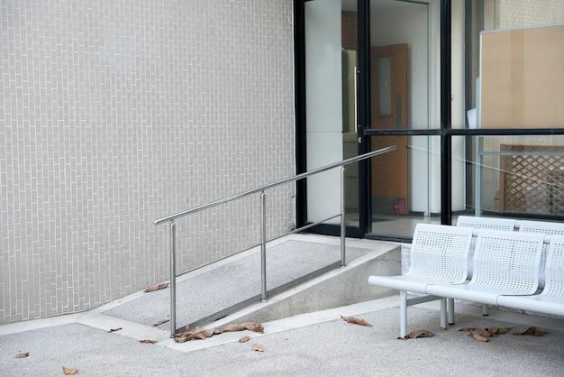 Rampa do obsługi osób niepełnosprawnych na wózkach przed budynkiem biurowym