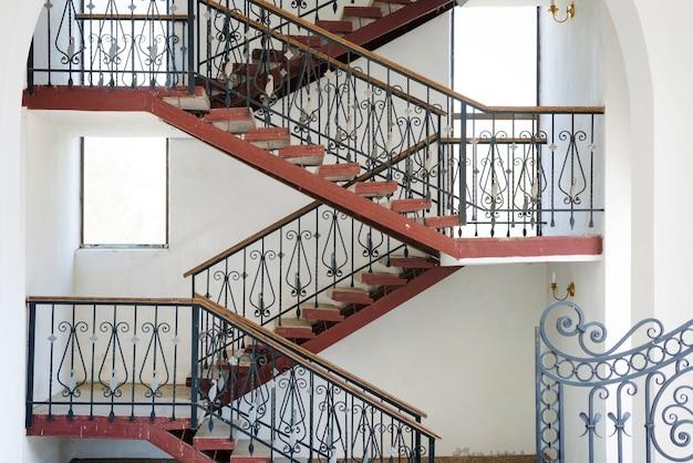 Rampa i klatki schodowe obracające się wewnątrz budynku, detale nowoczesnego domu miejskiego