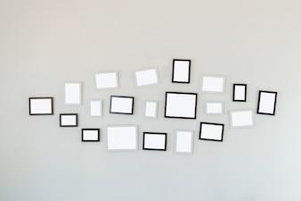 Ramy wiszące na białej ścianie