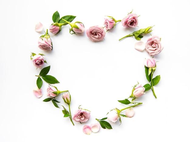 Ramy z róż na białej powierzchni
