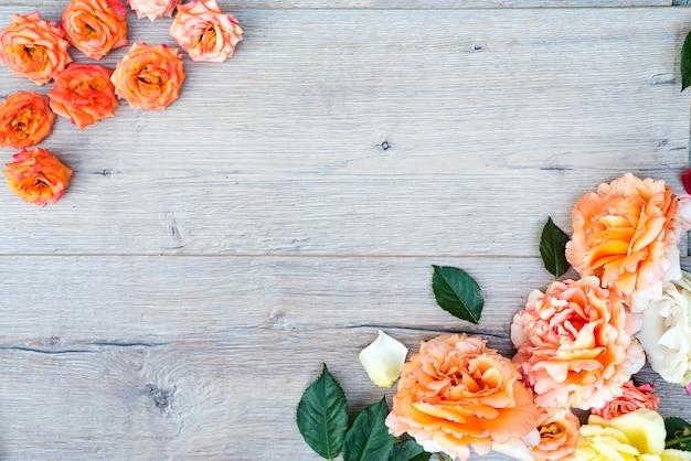 Ramy z róż na szarym tle drewnianych.