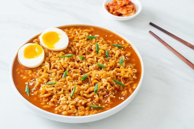 Ramyeon czyli koreański makaron błyskawiczny z jajkiem - po koreańsku