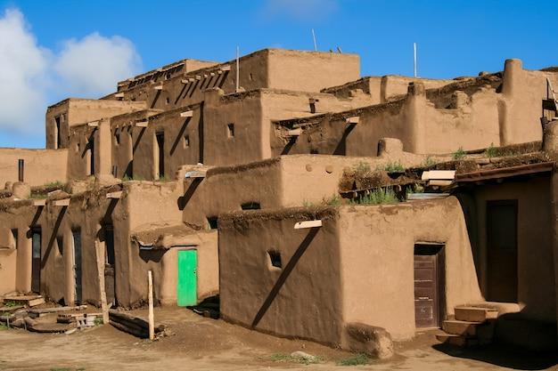 Ranchos de taos w nowym meksyku. pueblo należące do plemienia indian pueblo mówiących językiem tiwa.