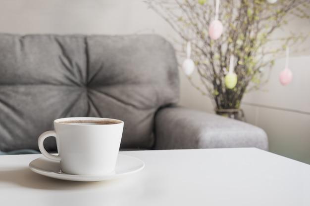 Ranek czarna kawa w wiosny wnętrzu. planowanie przyjęć wielkanocnych