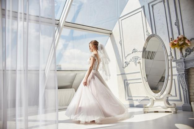 Ranek panny młodej kobieta w ślubnej sukni czeka fornalu