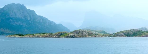 Ranfjorden fjord lato pochmurny widok z promu (norwegia). panorama.
