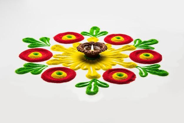 Rangoli design to forma sztuki wykonana podczas używania kolorów proszkowych podczas festiwali diwali, onam, pongal, hinduskich w indiach