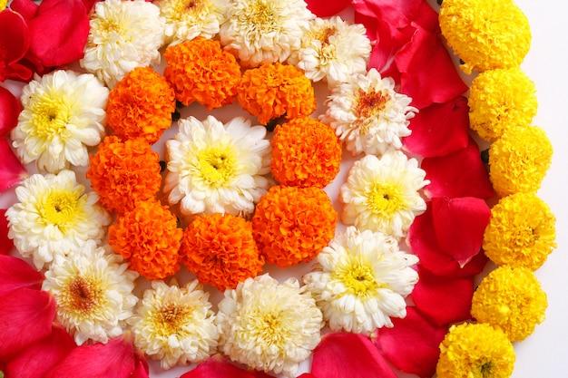 Rangoli z kwiatów nagietka na diwali festival