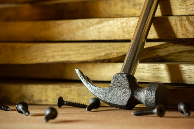 Rankiem młotek i wkręć drewno w oświetleniu i cieniu słońca. stolarstwo lub stolarstwo.