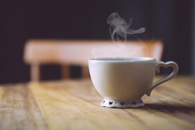 Ranku kawa na drewnianym stole. koncepcja porannej kawy