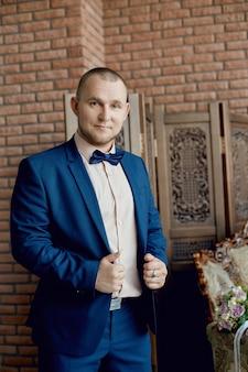 Ranny pan młody, przygotowuje się do spotkania panny młodej przed ślubem