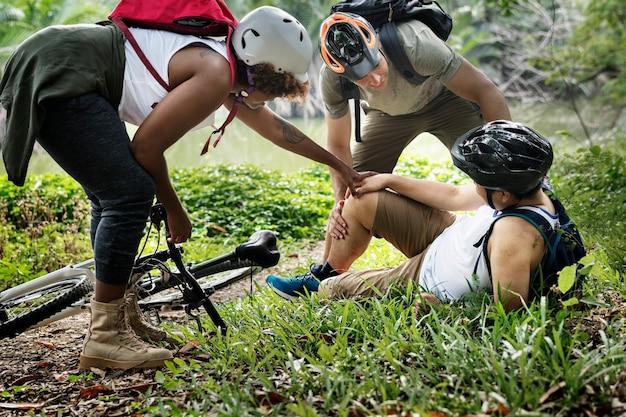Ranny rowerzysta w lesie