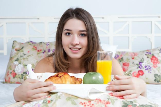 Rano i śniadanie młodej pięknej dziewczyny