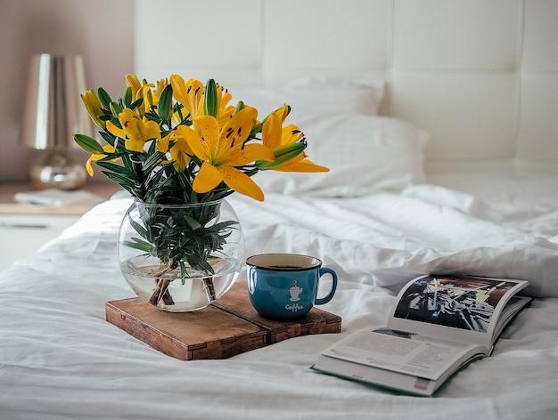 Rano, kawa, książka i bukiet kwiatów